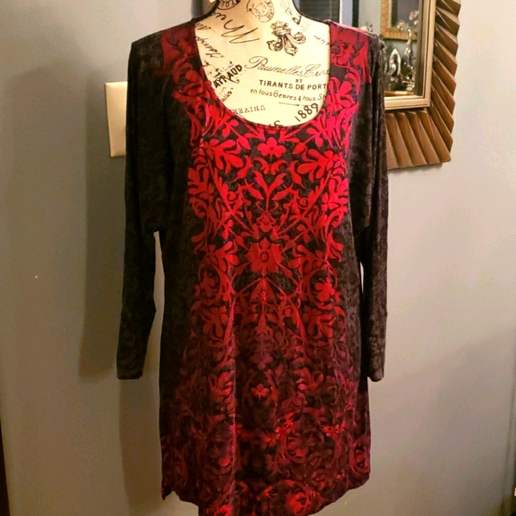 Soma Top. Color: Black/Red Size:Medium